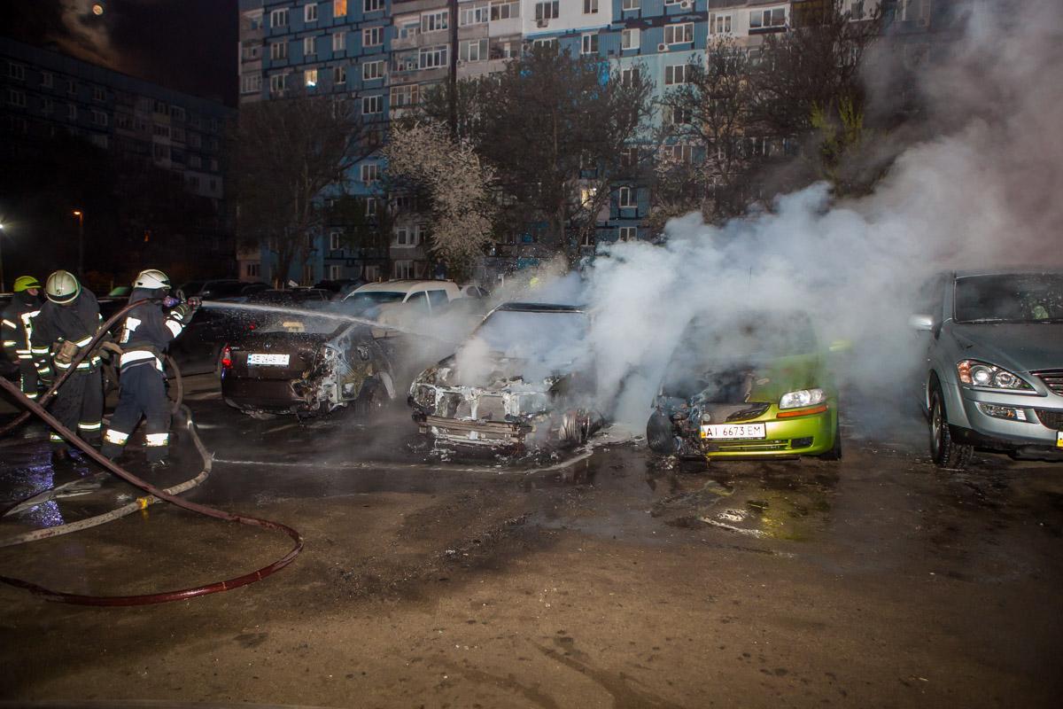 Пожар настоянке. ВДнепре сгорели сразу 5 авто