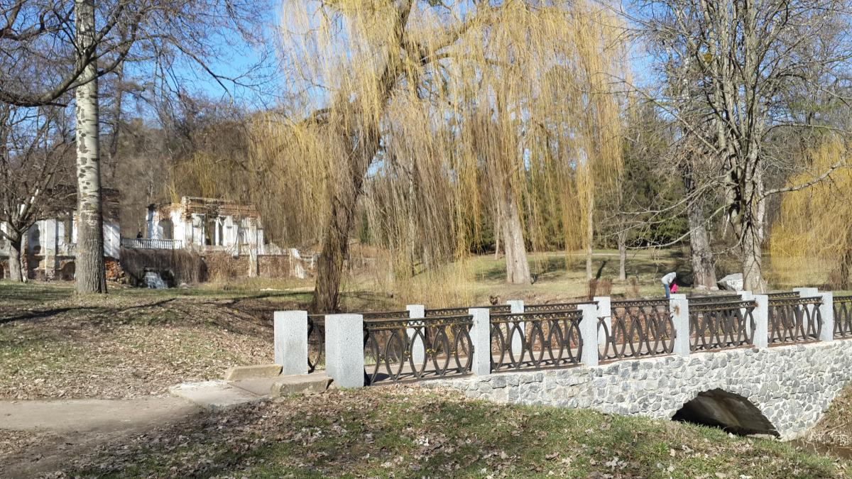 Композиция «Руины» на заднем плане / Фото Марина Григоренко