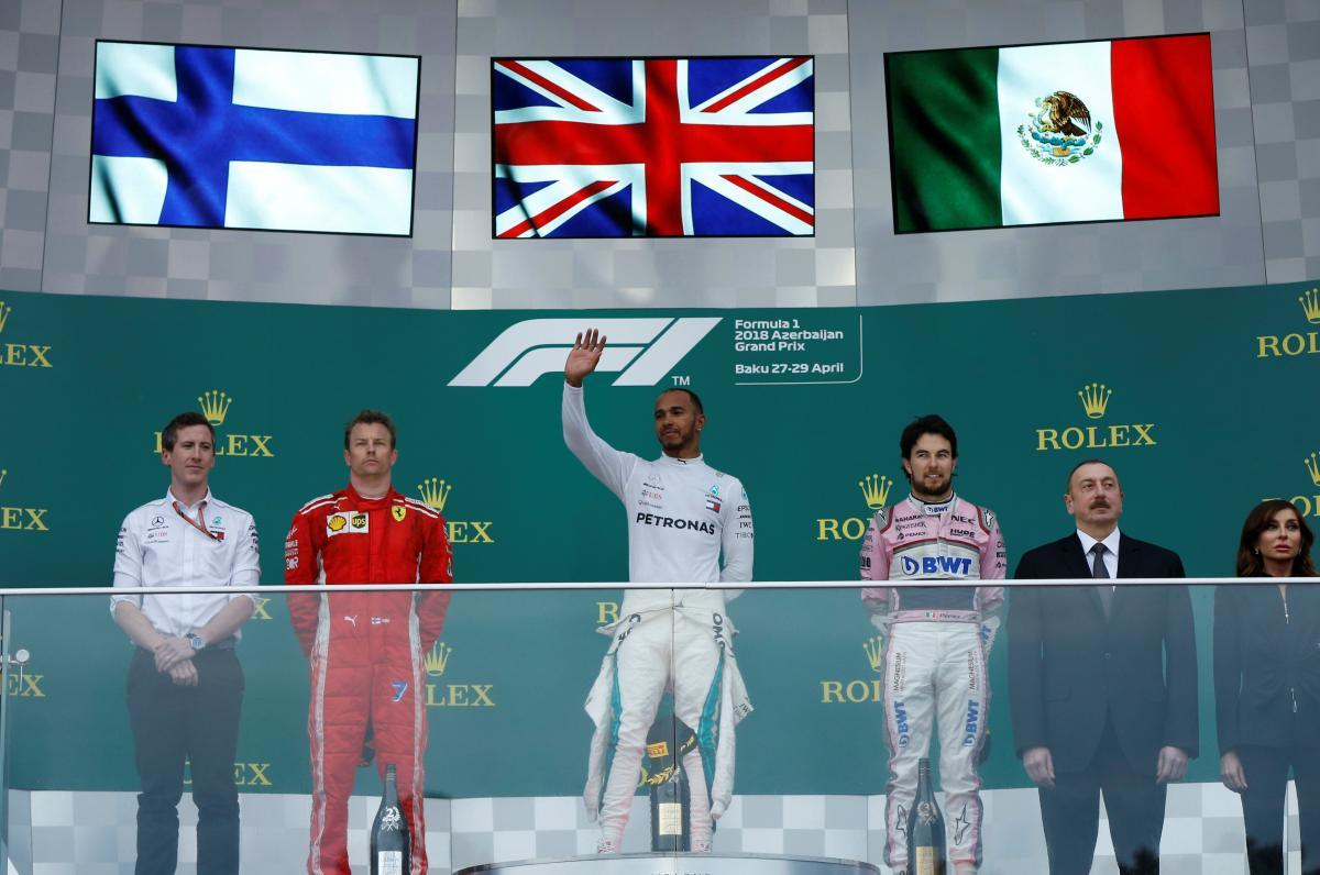 Льюис Хэмилтон (в центре) выиграл Гран-при Баку / REUTERS