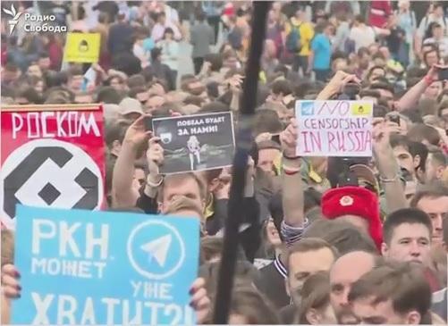 Участники акции принесли с собой бумажные самолетики / скриншот видео Радио Свобода