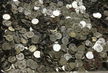 В Полтаве мужчина устроил скандал в супермаркете и кинул в лицо кассиру гривны в монетах (видео)