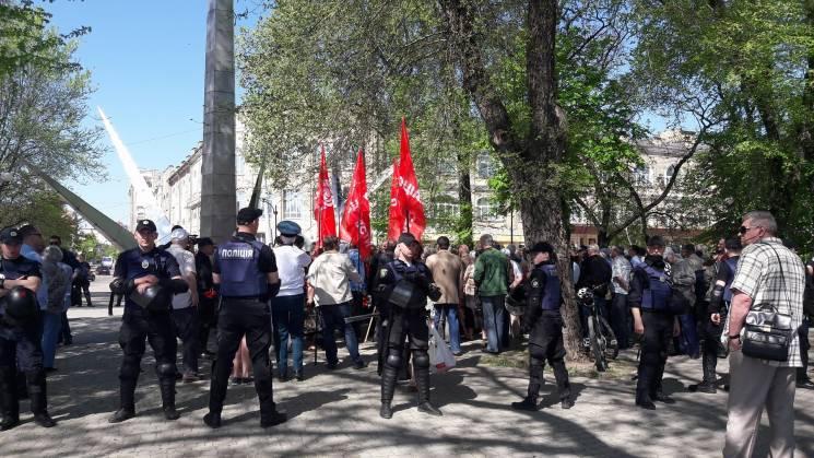 ВХарькове участников маевки облили кефиром