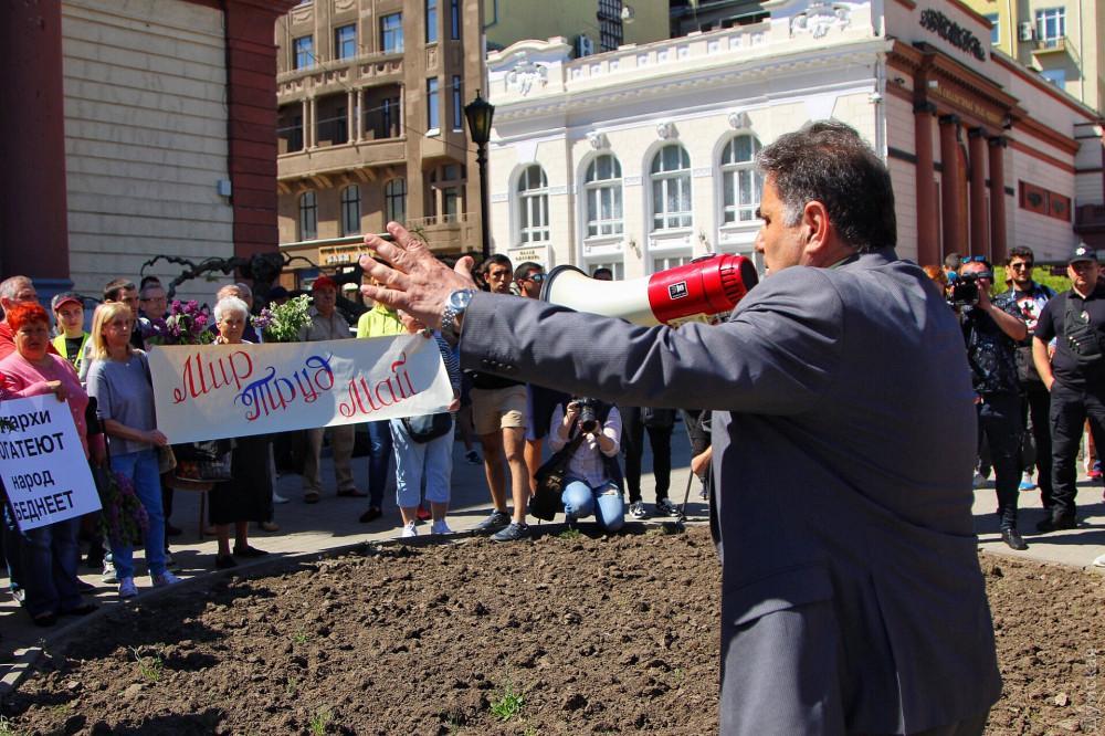 Участники сегодняшнего митинга пришли с плакатами / фото dumskaya.net