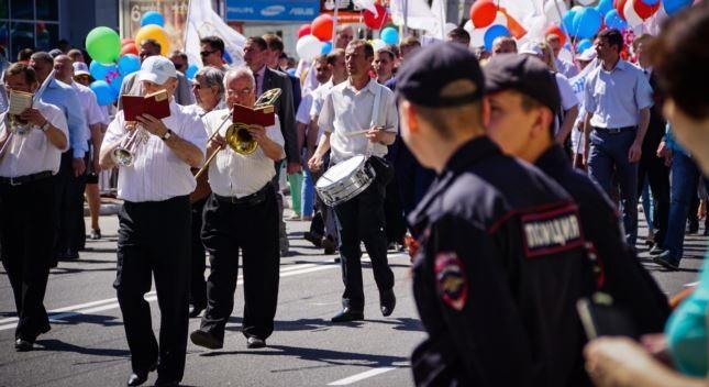 Байкеры, костюмы и27 тыс. участников: вСимферополе встретили Первомай