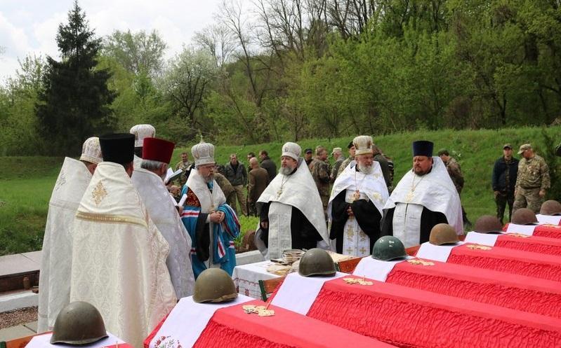 Бойцов похоронили в братской могиле / bilatserkva.church.ua