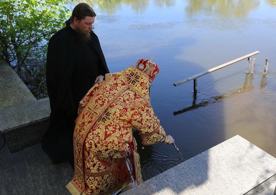 Освящение вод реки возглавил митрополит Святогорский Арсений / svlavra.church.ua