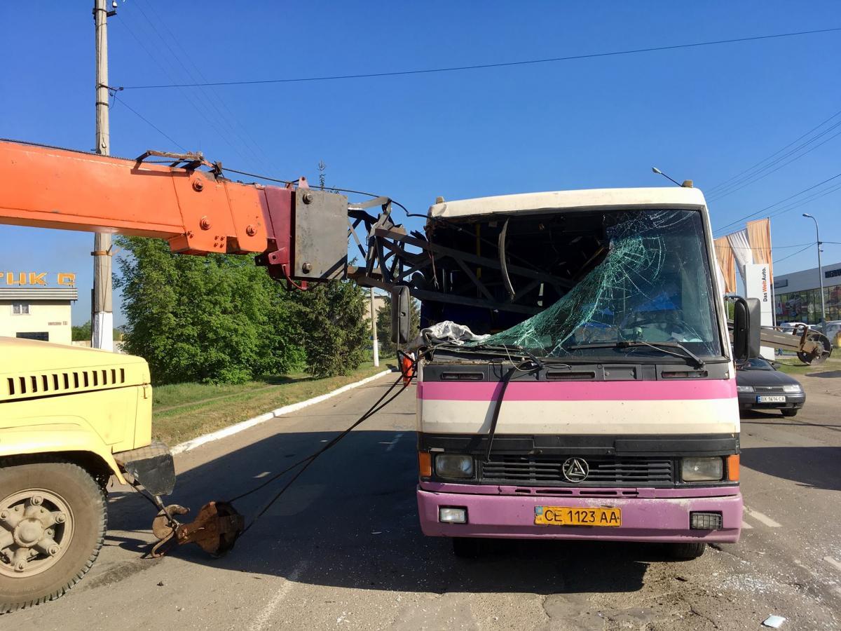 У Чернівцях стріла автокрана наскрізь проштрикнула маршрутку   фото  Facebook   Andriy Vovk e5f48dd962665