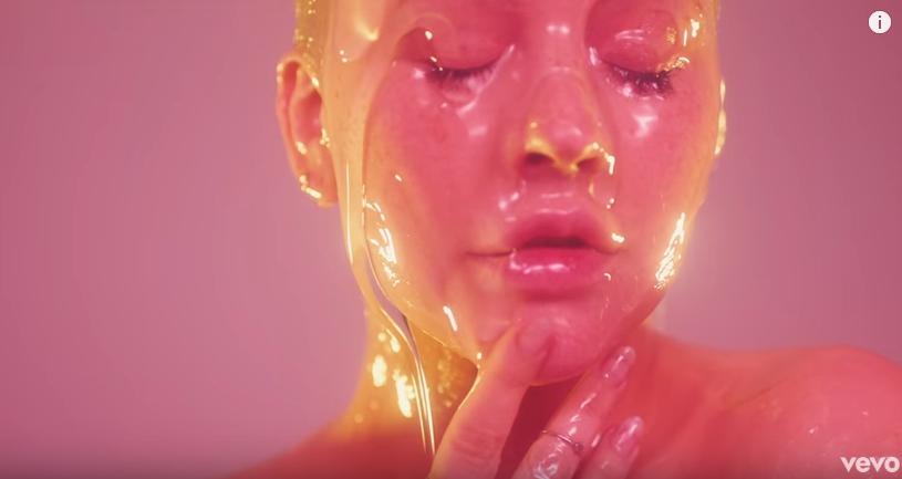 Голая и мокрая: Кристина Агилера показала грудь и намазалась гелем ради нового клипа (видео)
