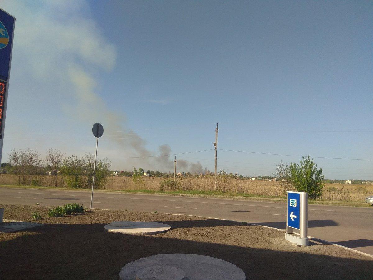 Привлечено авиации ГСЧС, в 16:50 приступила к тушению пожара / фото twitter.com/slobozhanyn