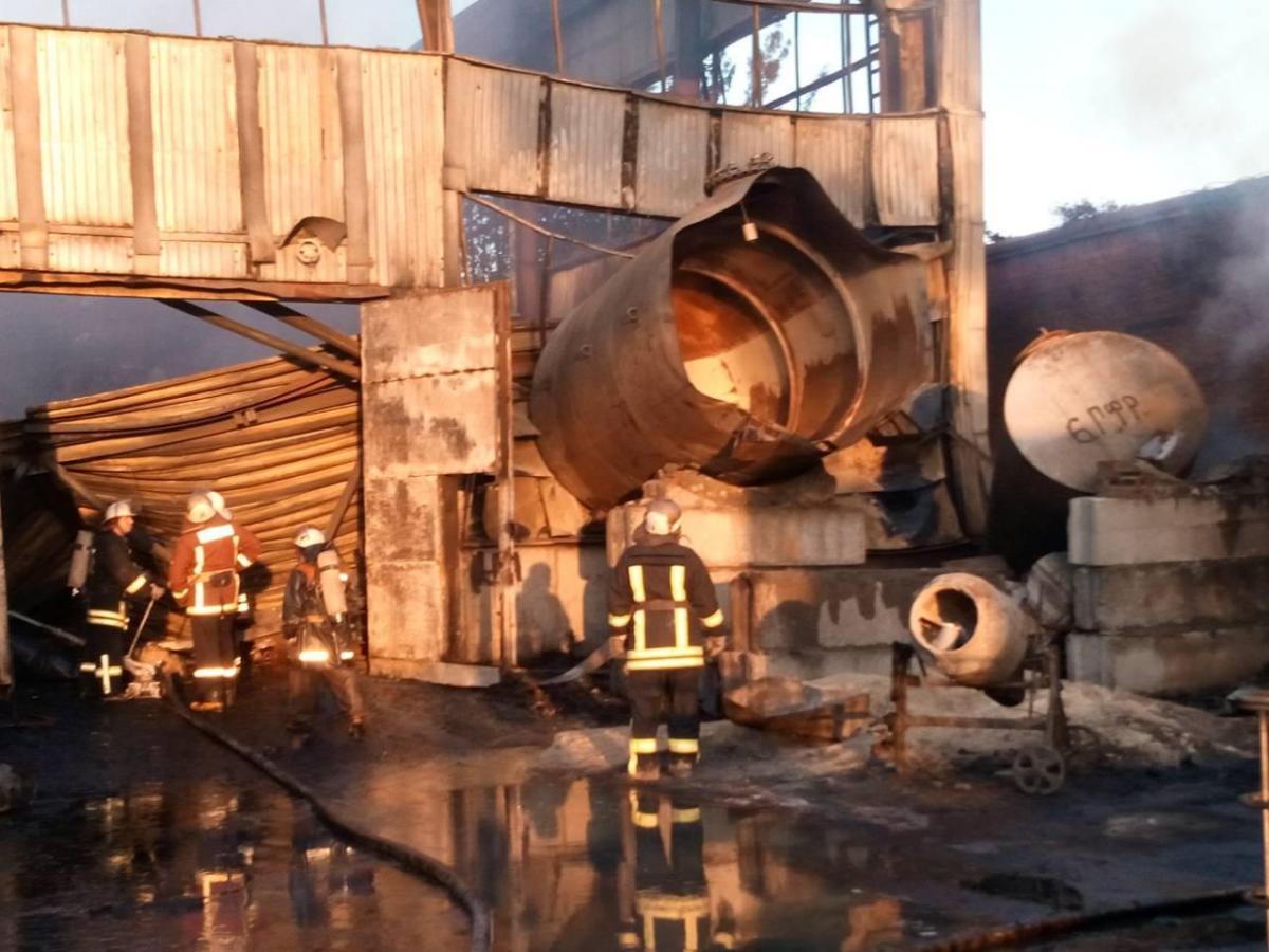 Cотрудники экстренных служб локализовали пожар наскладах вКиевской области