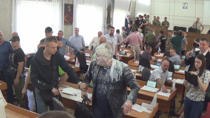 Депутату Александру Рыбакову вылили на голову пакет с кефиром / Фото: city-nikopol.com.ua