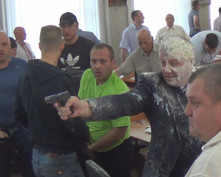 По словам очевидцев, прозвучало два выстрела: один - в потолок, второй - в сторону активистов / Фото: city-nikopol.com.ua