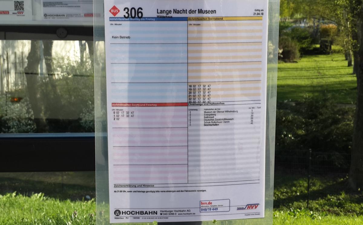 Расписание специального транспорта к Ночи музеев в Гамбурге на остановке / Фото Марина Григоренко