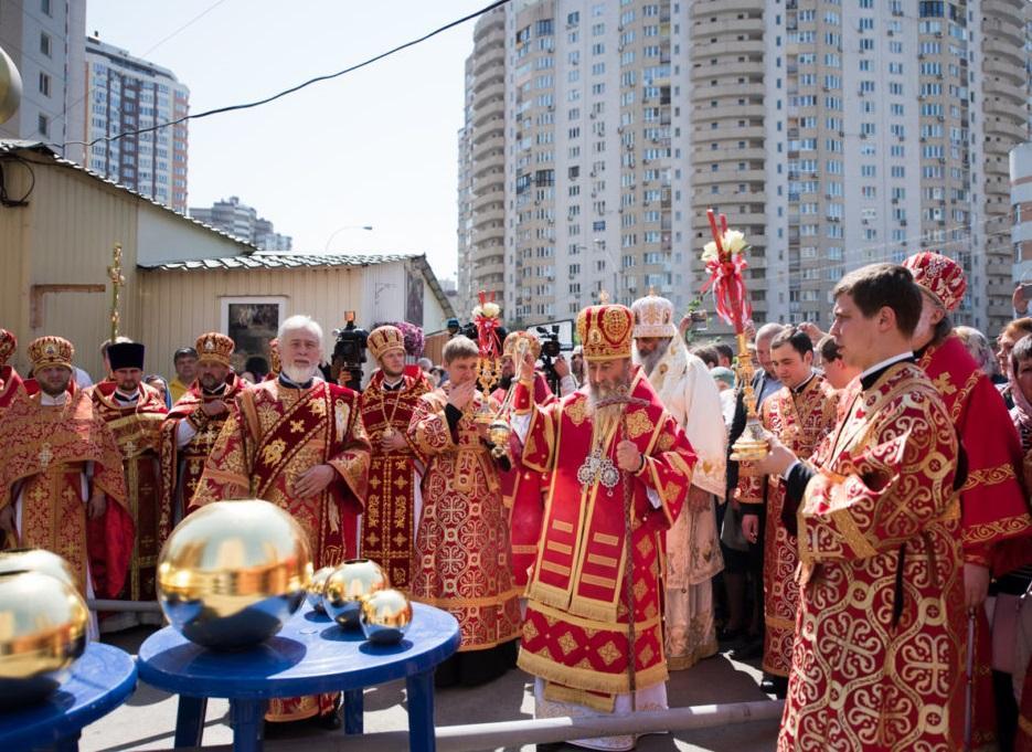 Митрополит Онуфрій освятив накупольні хрести для нового столичного храму / news.church.ua