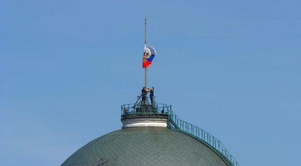 Во время церемонии инаугурации Путина солдаты не смогли поднять флаг России наверх / Скриншот Главреда