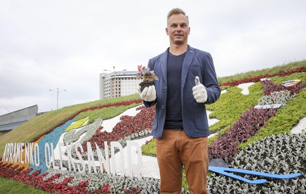 Около метро «Левобережная» открыли клумбу вчесть олимпийского чемпиона Александра Абраменко