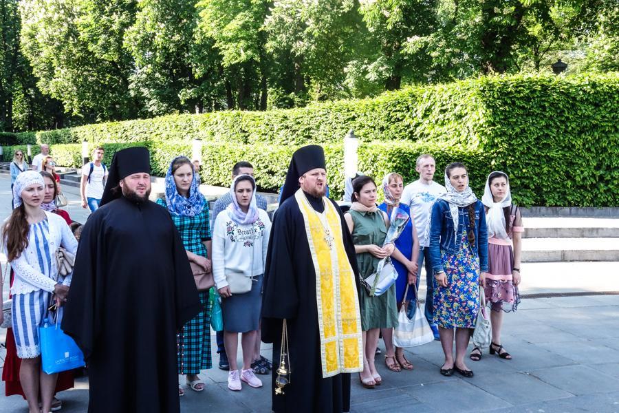 Православная молодежь Киева помолилась на могиле Неизвестного солдата / lavra.ua