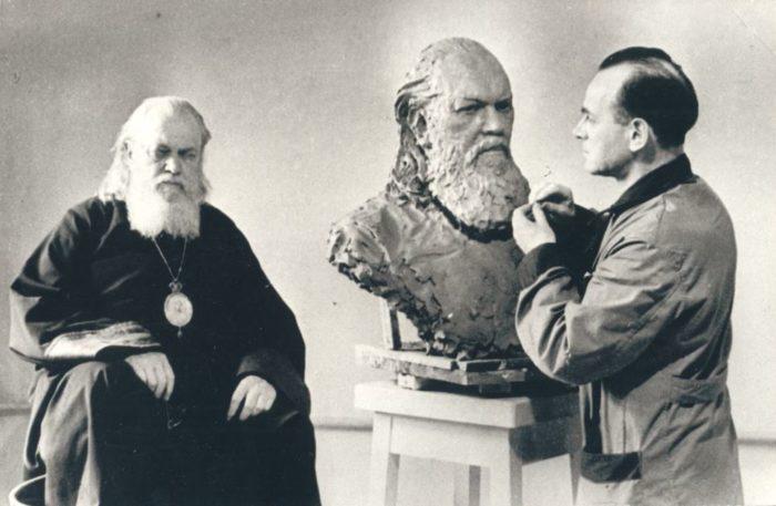 Святитель Лука (Войно-Ясенецкий) в мастерской скульптора, 1947 г.