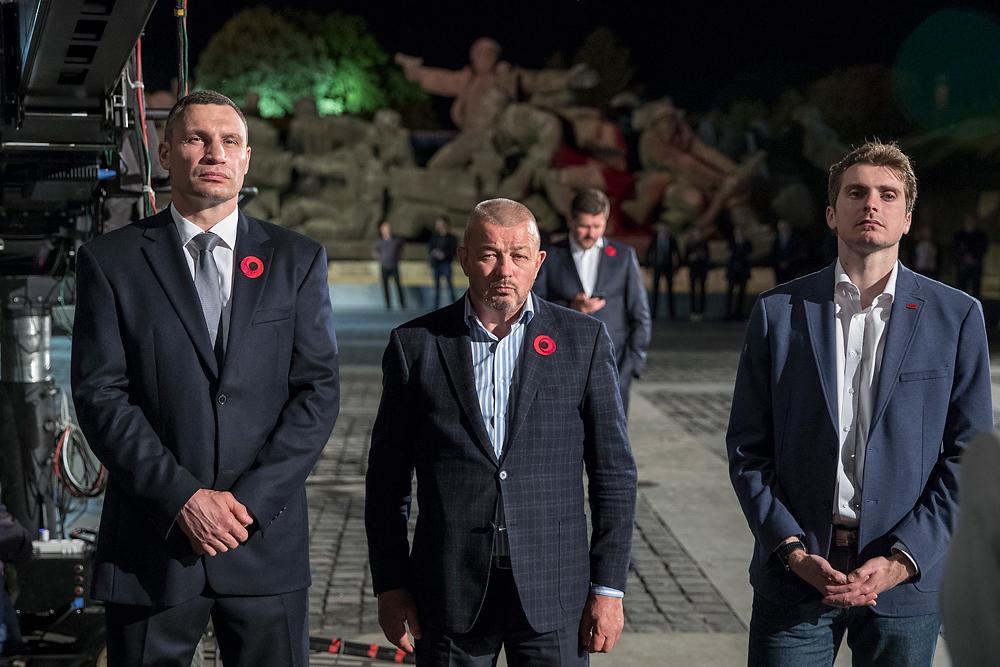 Он отметил, что украинцы должны помнить и чтить тех, кто в разные времена защищал нашу землю \ kiev.klichko.org
