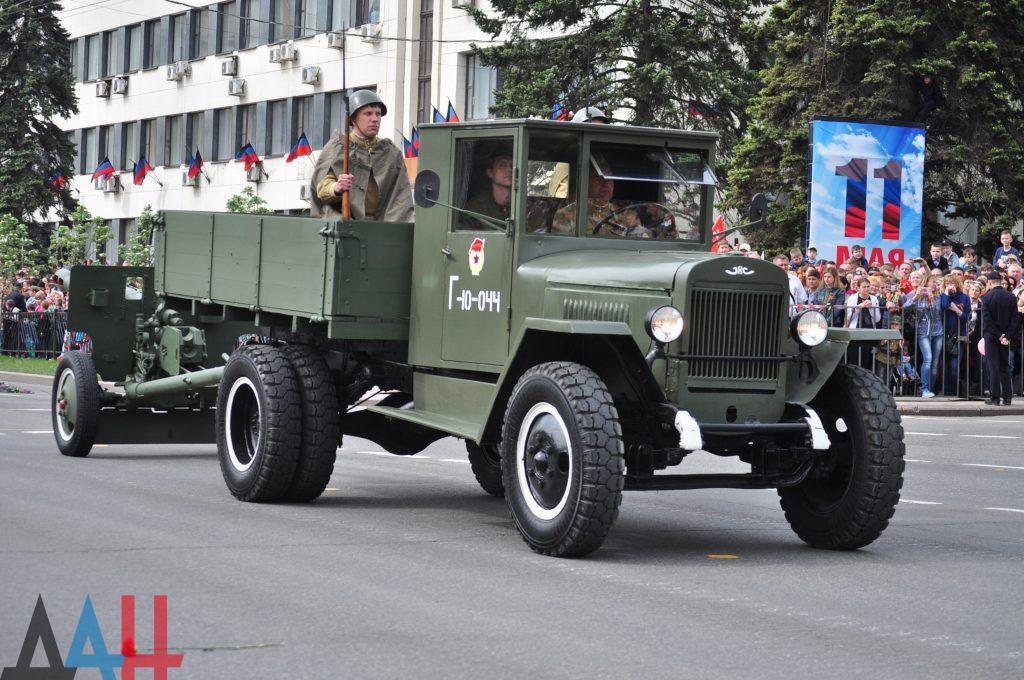 На параде в Луганске маршировали дети, а коммунисты из РФ водили иностранцев / фото информресурси боевиков