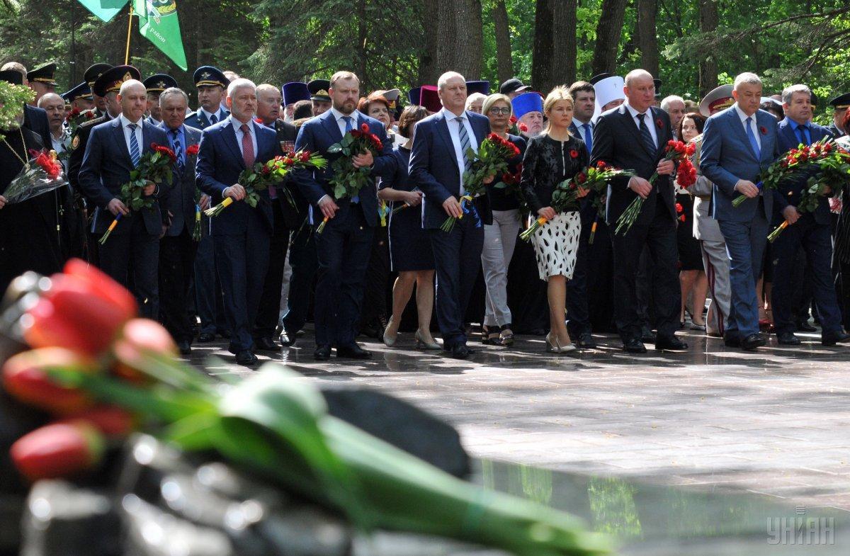 Учасники покладання тримали національні прапори та прапори міста Харкова / фото УНІАН