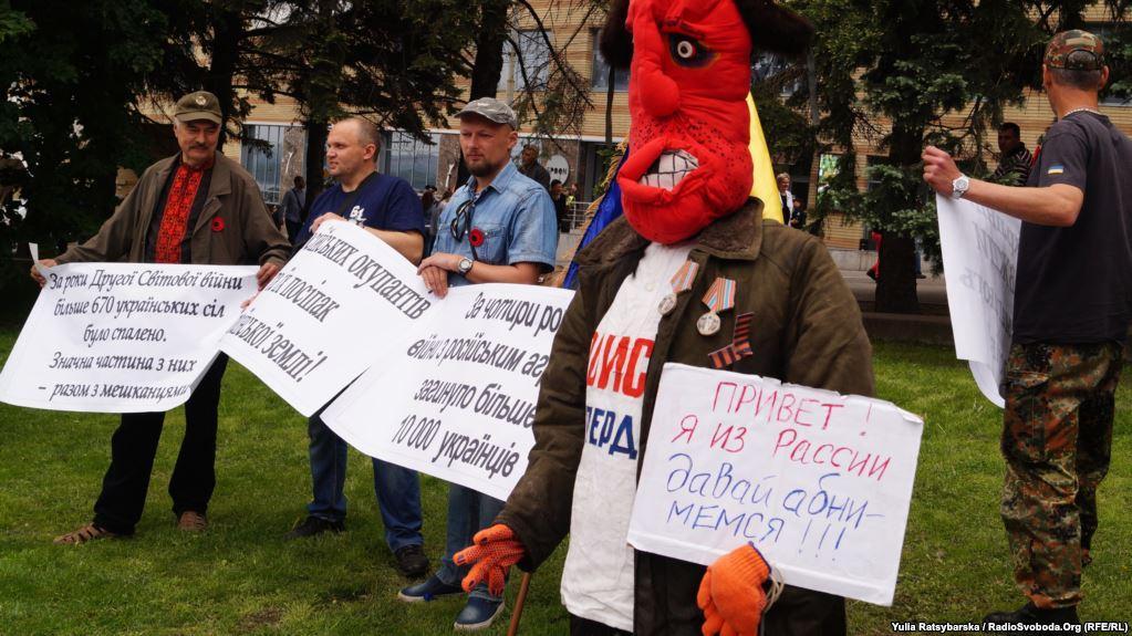 В Днепре полиция составила админпротокол на активиста из-за «чучеласепаратиста» / фото Радио Свобода