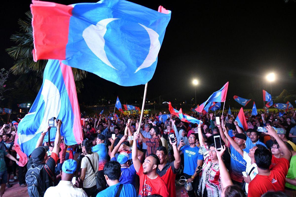 Сторонники оппозиции в Малайзии празднуют победу на выборах / REUTERS