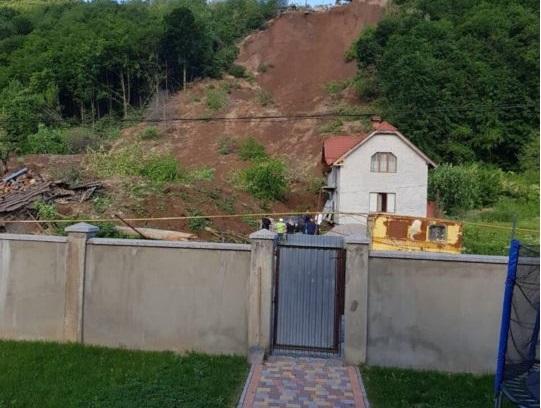С противоположной стороны горы расположен щебеночный карьер / фото moskal.in.ua