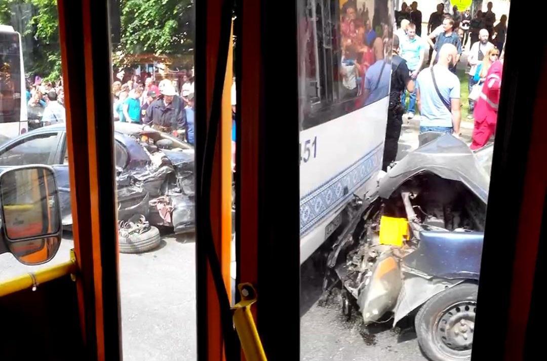 Автомобиль с пострадавшими от удара по инерции столкнулся еще и с маршруткой / Фото 061.ua
