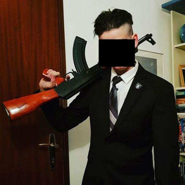 В его профиле в Instagram есть немало фотографий с оружием / фото tio.ch