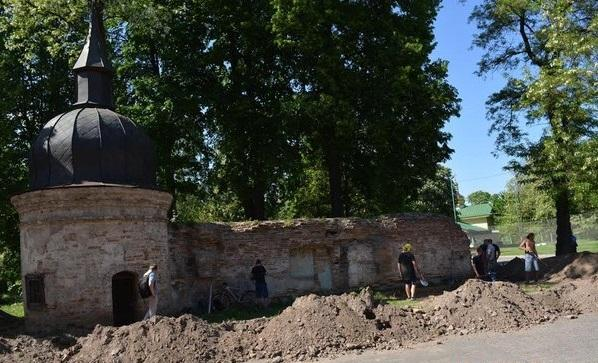 Монастырскую стену отреставрируют до конца лета / fakty.ua