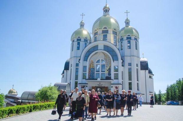 У Зарваниці відбулася служба Божа, а також молебень за героїв / фото УНІАН