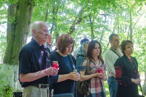 Присутні вшанували пам'ять героїв, які пожертвували життям за Батьківщину / фото УНІАН