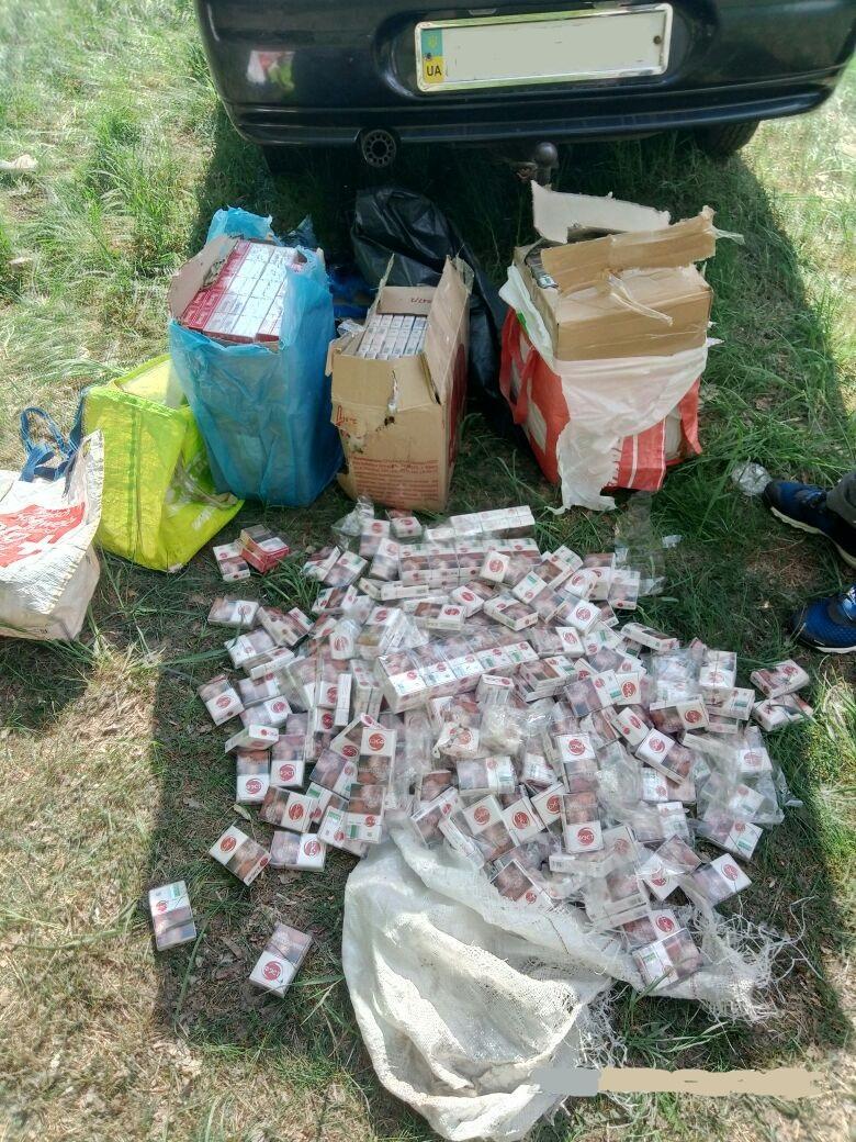 На Житомирщині з вікна потягу викинули майже 800 пачок сигарет / фото ДПСУ