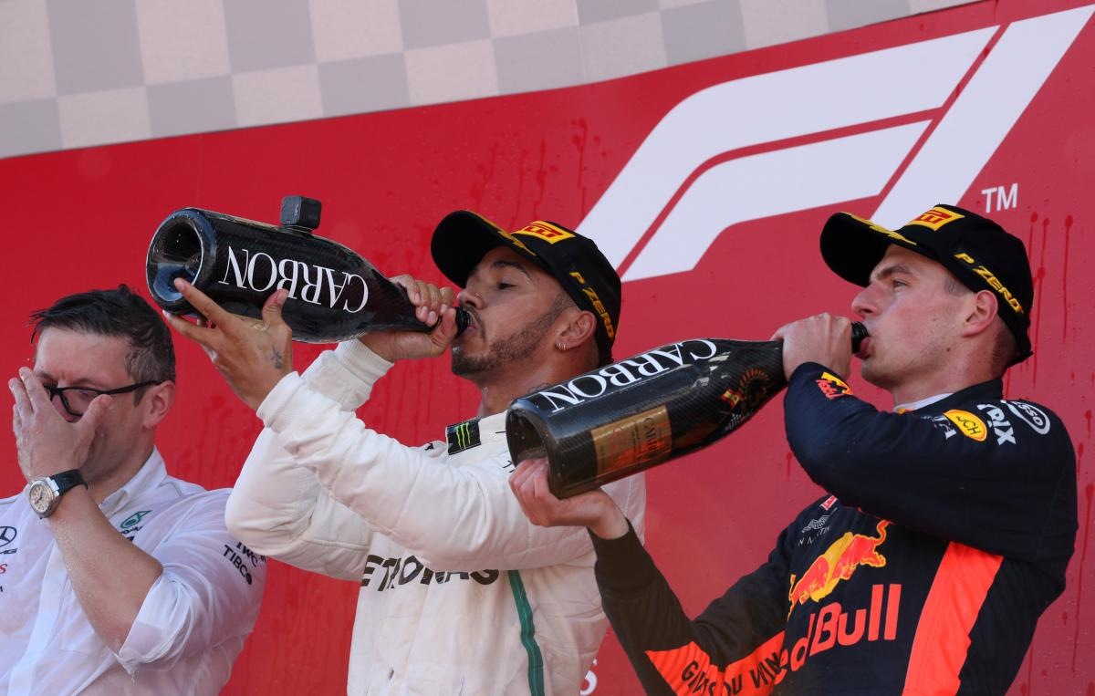 Льюїс Хемілтон (в центрі) виграв Гран-прі Барселони / REUTERS