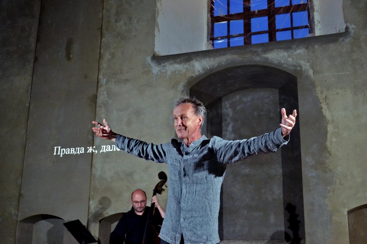 За допомогою проектора на стіні синагоги відтворили український переклад вистави / ostroh.info