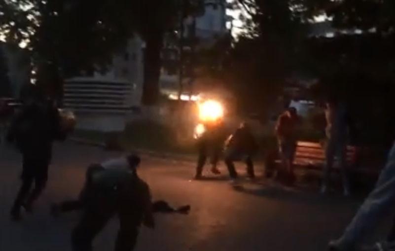 Очевидці гасили вогонь власним одягом / скріншот відео