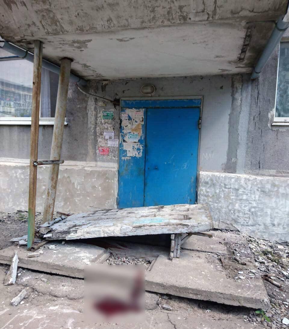 В Доброполье обвалилась боковая стена палатки над подъездом / фото Facebook Юрий Гречишкин