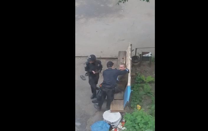 Полицейские издевались над мужчиной / скриншот