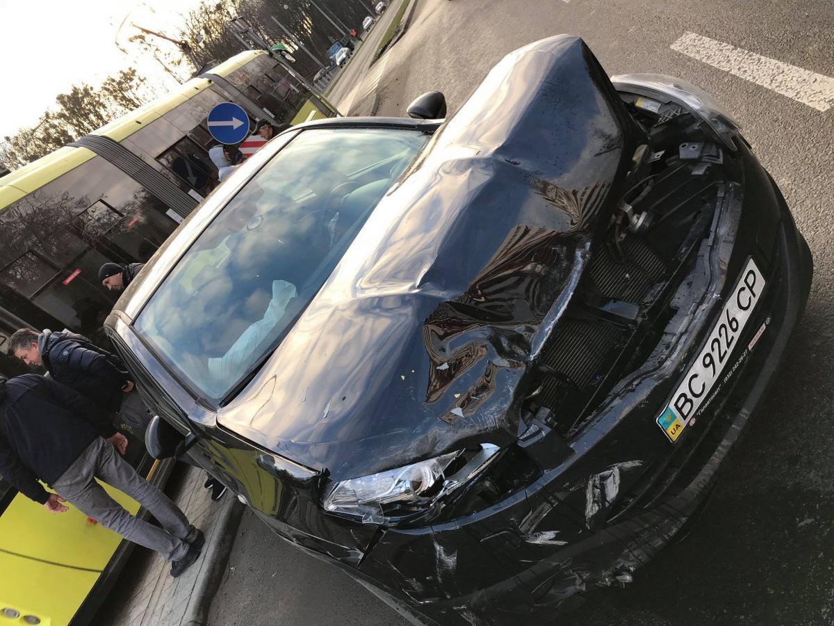 Разбитое авто / фото Vasyl Hukalyuk, Facebook