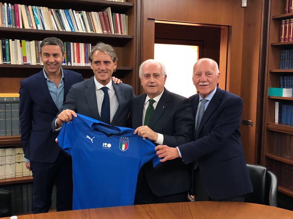Роберто Манчини (второй слева) возглавил сборную Италии / твиттер сборной Италии