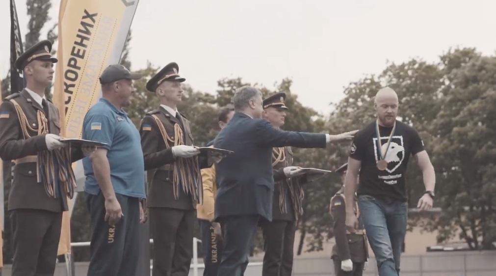 Толмачов не потиснув руку Порошенку / Скріншот
