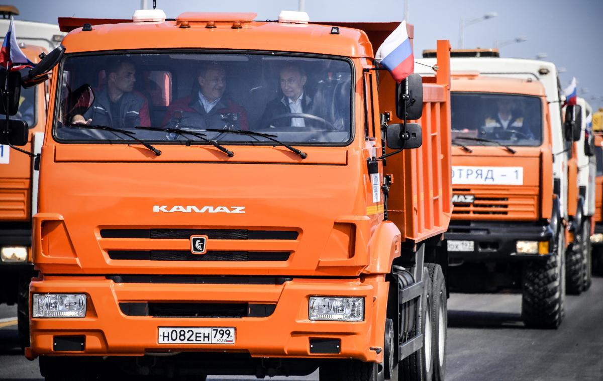 Владимир Путин за рулем КамАЗа / REUTERS