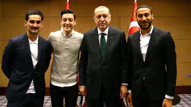 """Эрдоган позировал на фото с тремя футболистами турецкого происхождения: слева направо - Илкай Гюндоган (""""Манчестер Сити""""), Месут Озил (""""Арсенал"""") и Дженк Тосун (""""Эвертон"""") / REUTERS"""