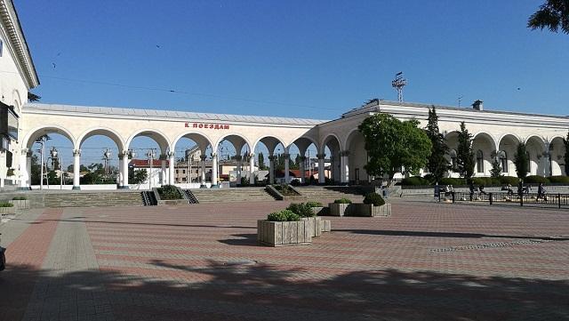 """На знімках на тлі вокзалу можна побачити лише декілька чоловік / Twitter """"Крим UA"""""""