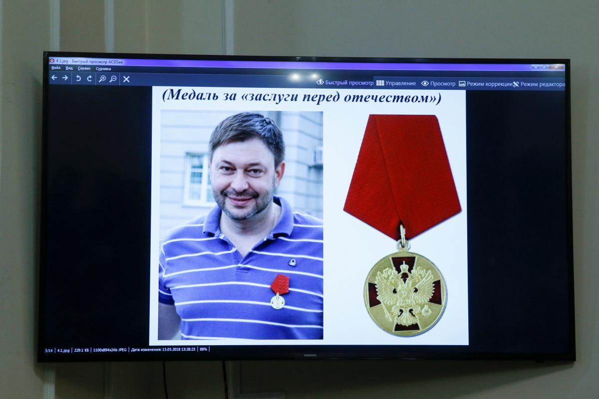 Кирилл Вышинский и его медаль / REUTERS
