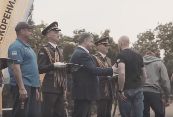 Толмачев не пожал руку Порошенко / Скриншот