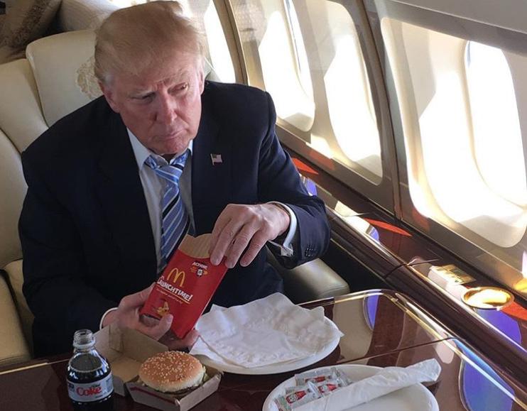 Всего полбулки: Трамп перешел на«диетические» бургеры