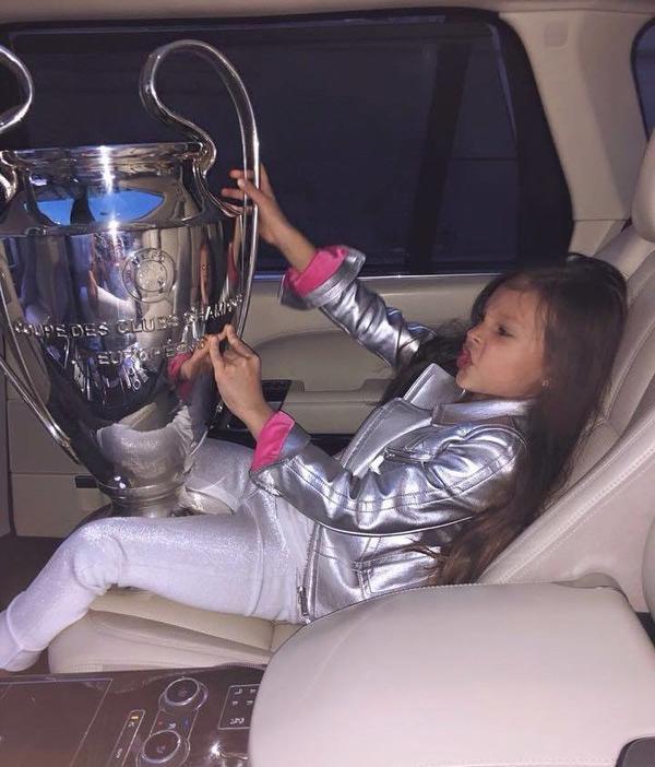 УЕФА обратил внимание на инцидент с трофеем Лиги чемпионов / facebook.com