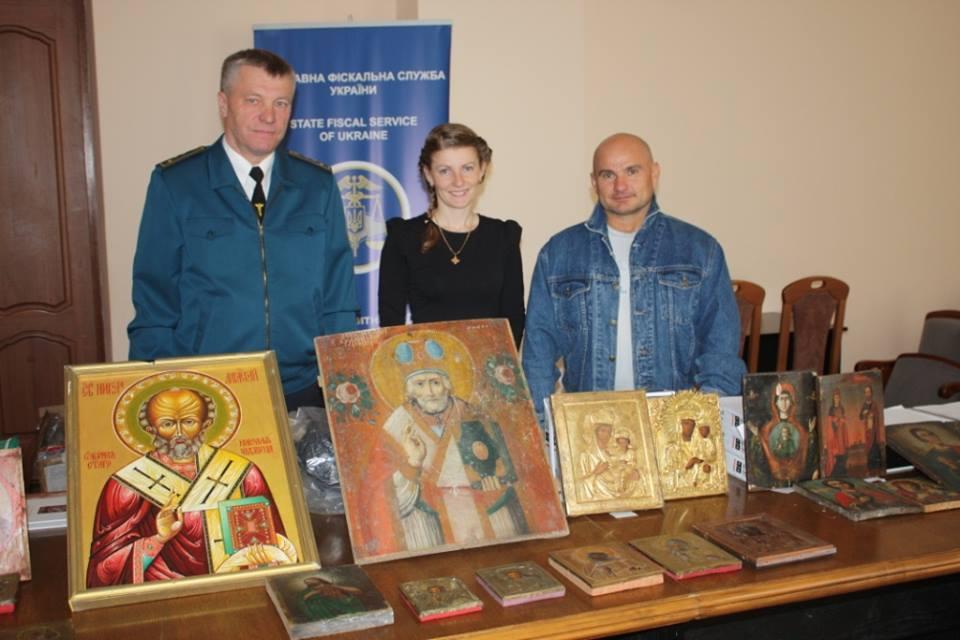 Работники Львовской таможни ДФС передали музеям старинные иконы / lv.sfs.gov.ua